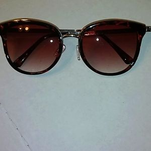 Oscar de la Rent sunglasses.